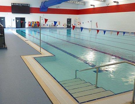 Suelos antideslizante pavireli for Suelo piscina carrefour